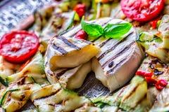 Ase a la parrilla el calabacín del queso del camembert del brie con pimienta de chile y aceite de oliva Cocina mediterránea o gri Fotografía de archivo libre de regalías
