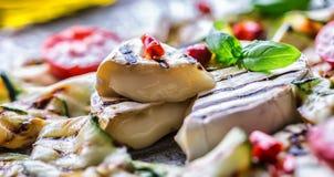 Ase a la parrilla el calabacín del queso del camembert del brie con pimienta de chile y aceite de oliva Cocina mediterránea o gri Fotos de archivo