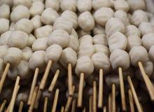 Ase las albóndigas en los pinchos con las salmueras y las patatas fritas Fotografía de archivo libre de regalías