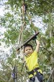 ASEAN-bond de jongens hangende staaf met kabels en slingert onscherpe boom als achtergrond stock afbeeldingen