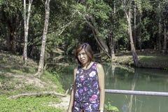 Asean-Frau und -wasser im Strom ist grün und hellgrüner Baum an den Kapo-Wasserfall-Vorderteilen parken, Chumphon in Thailand stockfotografie