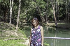 ASEAN-kvinnan och vatten i strömmen är gröna och ljusa - det gröna trädet på Kapo vattenfallför parkerar, Chumphon i Thailand arkivbild