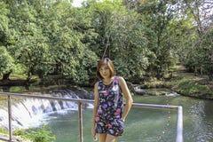 ASEAN-kvinnan och vatten i strömmen är gröna och ljusa - det gröna trädet på Kapo vattenfallför parkerar, Chumphon i Thailand arkivbilder