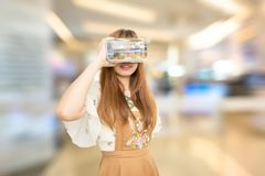 ASEAN-vrouw die VR dragen Stock Foto's