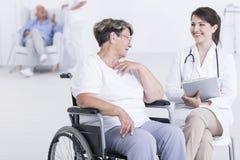 Asegurándose de sus pacientes son felices foto de archivo