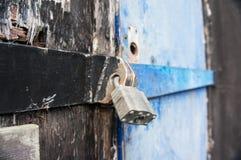 Asegure el candado en un edificio Fotos de archivo