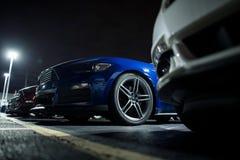 Asegure el estacionamiento de noche del coche foto de archivo