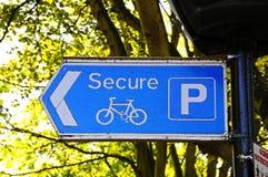 Asegure la muestra del estacionamiento de la bicicleta Foto de archivo