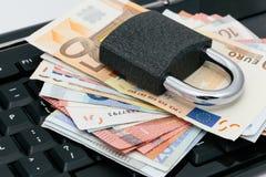 Asegure los pagos en línea: padlock en un teclado Foto de archivo libre de regalías