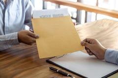 Asekuracyjna lub pożyczkowa nieruchomość podpisuje kontraktacyjną zgodę zatwierdzającą kupować własność, przechodziliśmy zdjęcie stock
