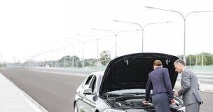 Asekuracyjny agent analizuje awaria samochód żeński kierownictwo na drodze zdjęcia stock