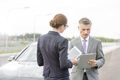 Asekuracyjny agent dyskutuje z bizneswomanem nad kontraktem przeciw awaria samochodowi obraz royalty free