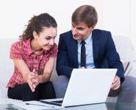 Asekuracyjny agent i klient dyskutuje zgoda terminy Fotografia Stock