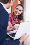 Asekuracyjny agent i klient dyskutuje zgoda terminy Zdjęcia Royalty Free