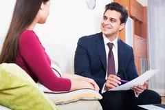 Asekuracyjny agent i klient dyskutuje zgoda terminy w livin Obraz Royalty Free