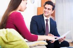 Asekuracyjny agent i klient dyskutuje zgoda terminy w livin Obraz Stock