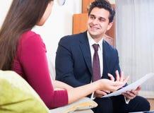 Asekuracyjny agent i klient dyskutuje zgoda terminy w livin Fotografia Royalty Free