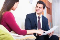Asekuracyjny agent i klient dyskutuje zgoda terminy w livin Obrazy Royalty Free