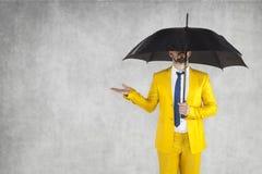 Asekuracyjny agent pod parasolem obok odbitkowej przestrzeni, Zdjęcie Stock