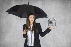Asekuracyjny agent przedstawia oferta domu ubezpieczenie Obrazy Stock