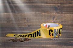 Asekuracyjny biznes, pieniężny sukces żółta ostrożności taśma na drewnianym tle Fotografia Stock