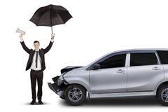 Asekuracyjny pojęcie: biznesmen z rozbijającym samochodem zdjęcia stock