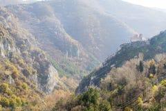 Asen& x27; fortaleza de s en las rocas en Asenovgrad, Bulgaria Imágenes de archivo libres de regalías