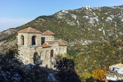 ASENOVGRAD, BUŁGARIA - 1 2016 PAŹDZIERNIK: Jesień widok Asen ` s forteca, Asenovgrad, Bułgaria obraz royalty free