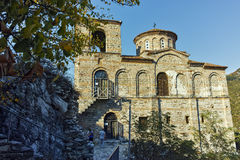 ASENOVGRAD, BULGÁRIA - 1º DE OUTUBRO DE 2016: Opinião do outono da fortaleza do ` s de Asen, Asenovgrad, Bulgária fotografia de stock
