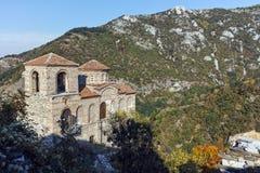 ASENOVGRAD BULGARIEN - 1 OKTOBER 2016: Höstsikt av fästningen för Asen ` s, Asenovgrad, Bulgarien royaltyfria foton