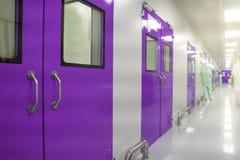 Aseptiska banor i vårdhem inom den inre korridoren av produktionlaboratoriumstudien, framkallar och producerar mediciner ljus w royaltyfri bild