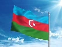 Aserbaidschan fahnenschwenkend im blauen Himmel Stockfotografie