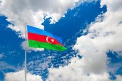 Aserbaidschan-Flagge auf blauem bewölktem Himmel Lizenzfreies Stockfoto