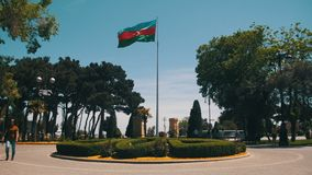 Aserbaidschan-Flaggen-Quadrat in Baku stock video
