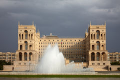 Aserbaidschan-Präsident ` s Palast in Baku mit einem Brunnen Lizenzfreie Stockfotografie