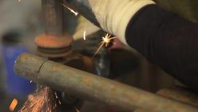Aserrar las chispas del hierro almacen de video