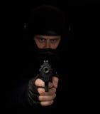 Asesino armado con apuntar del casco de la motocicleta Foto de archivo libre de regalías