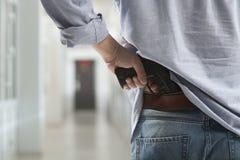 Asesino con un arma en el vestíbulo Fotos de archivo libres de regalías
