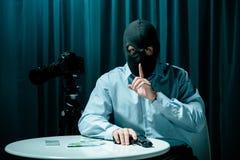 Asesino enmascarado con el arma foto de archivo