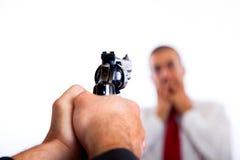 Asesino que apunta en hombre de negocios Imágenes de archivo libres de regalías