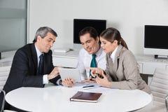 Asesor fiscal de asunto con la tablilla Imagen de archivo libre de regalías