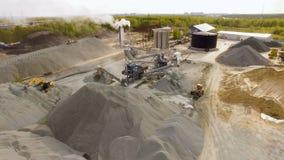 Asfalt-betong växt i fältet bland skogarna flyg- sikt stock video