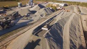 Asfalt-betong växt med rinnande grävskopor och bulldozrar flyg- sikt arkivfilmer