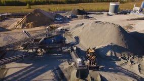 Asfalt-concrete installatie met het runnen van graafwerktuigen en bulldozers Lucht Mening stock videobeelden