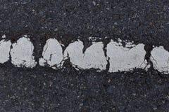 Asfalt concrete oppervlakte en lijn van het schade de oude vervoer stock afbeeldingen