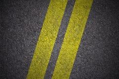Asfalt - Gele dubbele lijnendiagonaal stock afbeeldingen