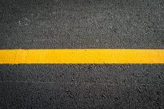 Asfalt met gele weglijn Stock Afbeelding
