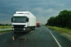 asfalt trucks vått fotografering för bildbyråer