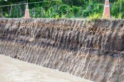 asfalt under lagervägen smutsar Lagret av smutsar under asfaltvägen Arkivbilder