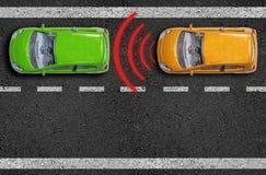 Asfalt z samochodami na drodze z dystansowym czujnikiem i pojawienie się łamamy asystenta obraz stock
